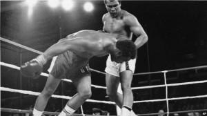 Mohamed Ali regarde s'effondrer le champion du monde George Foreman au huitième round du combat pour le titre de champion du monde WBA / WBC à Kinshasa, Zaïre, 30 octobre 1974. Foreman s'est fait compter par l'arbitre et Ali a repris la couronne des poids lourds du monde par KO dans ce combat surnommé «Rumble in the Jungle». (AP Photo)