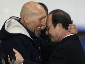 Serge Lazarevic accueilli chaleureusement par François Hollande à sa descente de l'avion.  (Christophe Ena/AP/SIPA)